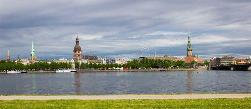 Opinión del panorame de Riga sobre ciudad fotos de archivo libres de regalías