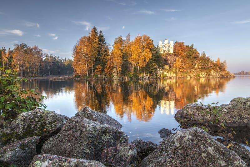 Opinión del parque de Monrepos, región del otoño de Vyborg, Leningrad Paisaje hermoso del otoño foto de archivo