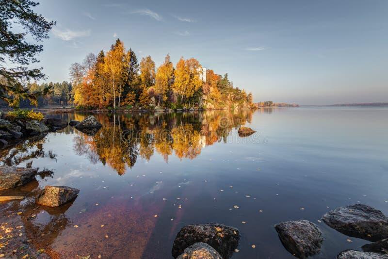 Opinión del parque de Monrepos, región del otoño de Vyborg, Leningrad Paisaje hermoso del otoño imagenes de archivo