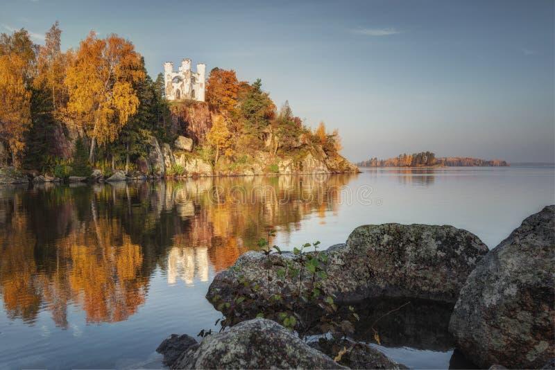 Opinión del parque de Monrepos, región del otoño de Vyborg, Leningrad Paisaje hermoso del otoño foto de archivo libre de regalías