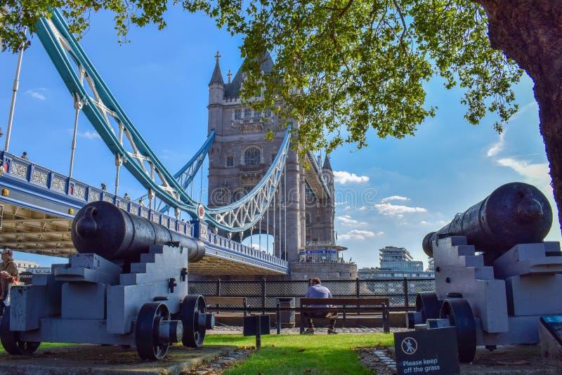 Opinión del parque del puente de la torre con los cañones viejos fotos de archivo libres de regalías