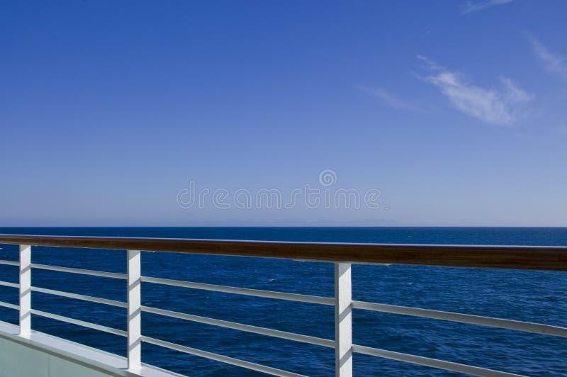 Opinión del pasamano de la cubierta del barco de cruceros fotos de archivo libres de regalías