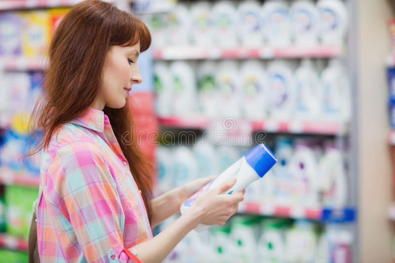 Opinión del perfil la mujer que elige el detergente foto de archivo libre de regalías