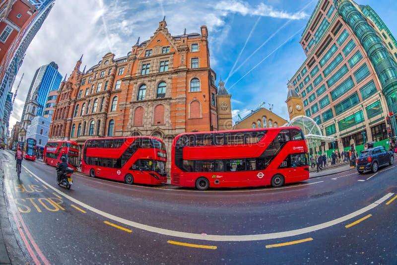opinión del Pescado-ojo con el autobús rojo del autobús de dos pisos fotografía de archivo