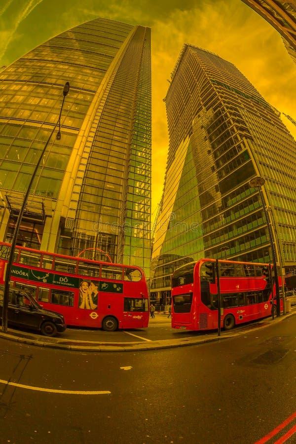 opinión del Pescado-ojo con el autobús rojo del autobús de dos pisos y los nuevos edificios Lond foto de archivo libre de regalías