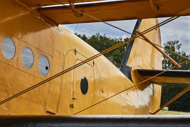 Opinión del primer del aeroplano amarillo de Antonov An-2 fotografía de archivo