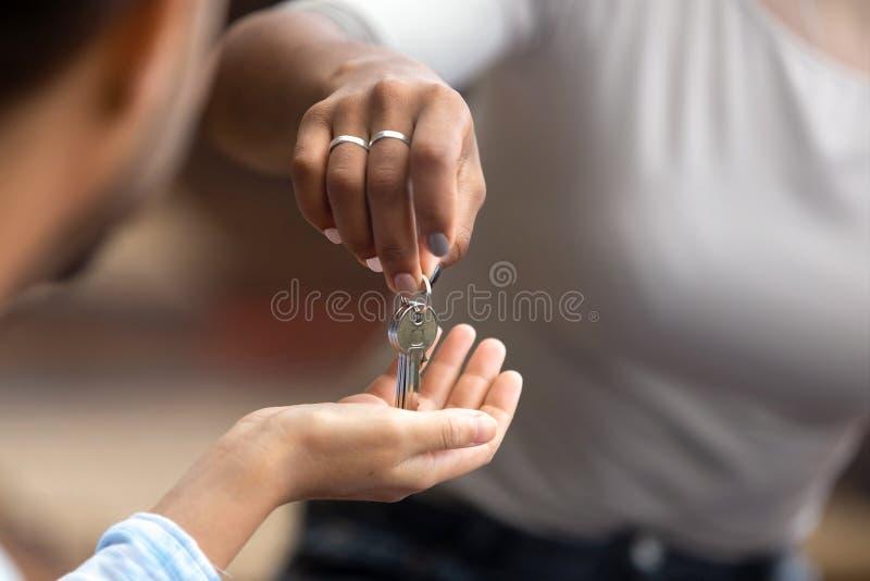 Opinión del primer del agente inmobiliario que da llaves al dueño de nueva casa imágenes de archivo libres de regalías