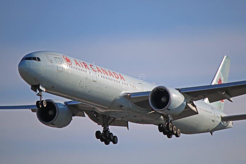 Opinión del primer de Air Canada Boeing 777-300ER B77W foto de archivo