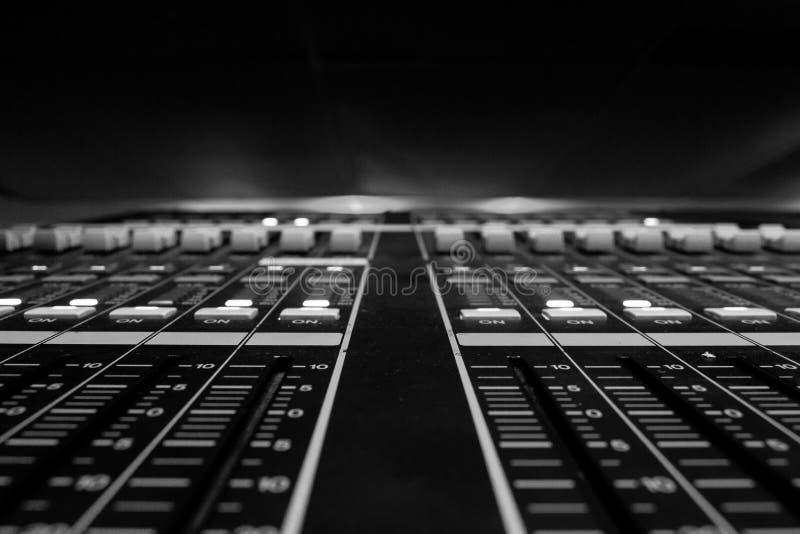 Opinión del primer de atenuadores en la consola de control de mezcla audio digital profesional foto de archivo