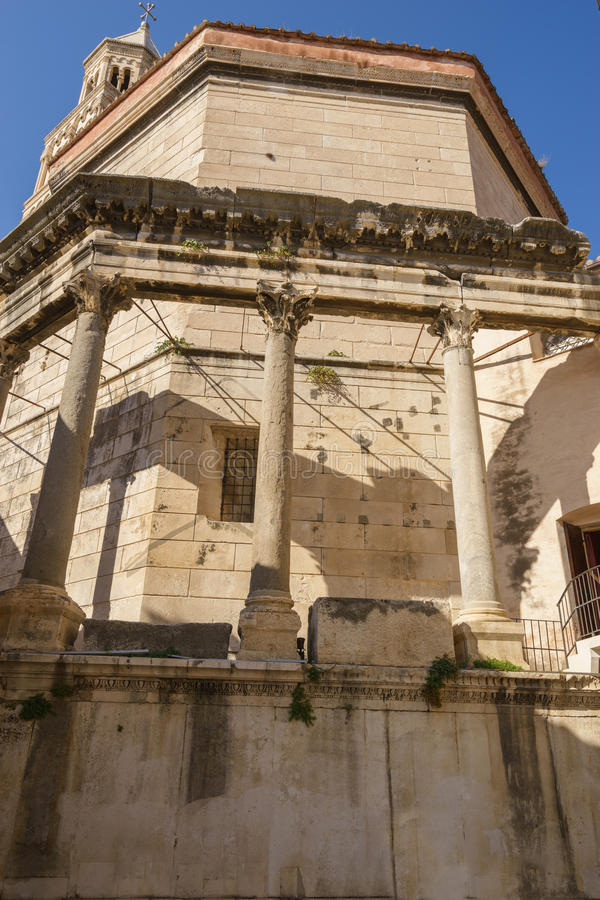 Opinión del primer de la elevación del palacio de Diocletian en la ciudad vieja del ` s de la fractura, Croacia imagen de archivo libre de regalías