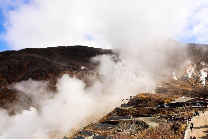 Opinión del primer de la montaña en el humo del owakudani que sale de Hakone imagen de archivo libre de regalías