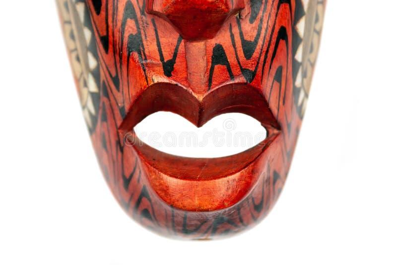 Opinión del primer de la parte inferior de la máscara roja de madera de Tailandia, adornada con los modelos blancos y negros imagenes de archivo