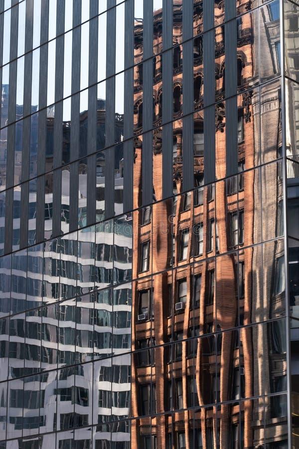 Opinión del primer de la reflexión constructiva en rascacielos modernos en el Lower Manhattan financiero New York City del distri imagenes de archivo