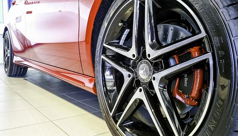 Opinión del primer de la rueda delantera de la aleación de un deporte rojo AMG de Mercedes Benz A250 fotografía de archivo libre de regalías