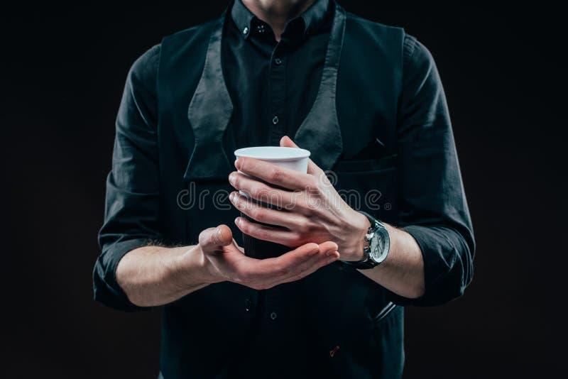 Opinión del primer de la taza de café en las manos masculinas imagen de archivo