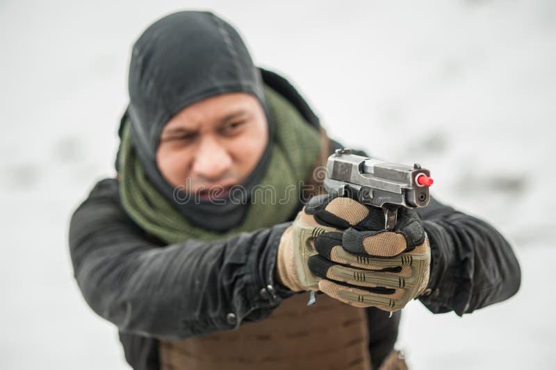 Opini?n del primer de las manos de la pistola que sostienen el arma con el palillo de la seguridad imágenes de archivo libres de regalías