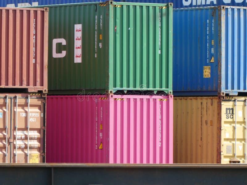 Opinión del primer de los contenedores coloridos apilados en un terminal en el puerto marítimo de Le Havre, Francia, Europa imagenes de archivo