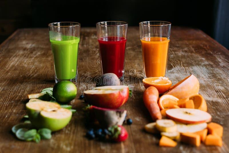 opinión del primer de los diversos smoothies orgánicos de la fruta y verdura con los ingredientes frescos foto de archivo libre de regalías