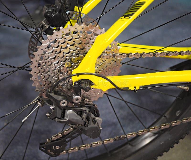 Opinión del primer de los engranajes de la rueda posterior de la bicicleta imagen de archivo libre de regalías