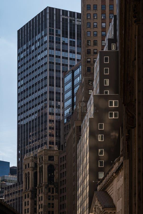 Opinión del primer de rascacielos viejos y modernos en el Lower Manhattan financiero New York City del distrito fotos de archivo libres de regalías