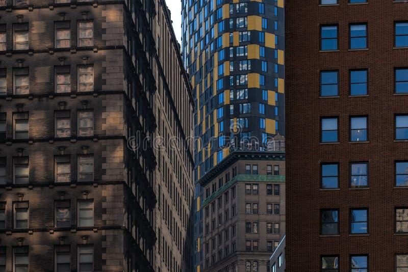 Opinión del primer de rascacielos viejos y modernos en el Lower Manhattan financiero New York City del distrito imagen de archivo