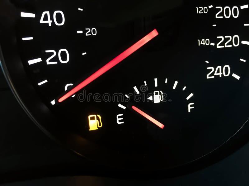 Opinión del primer de un indicador de la gasolina vacío imágenes de archivo libres de regalías