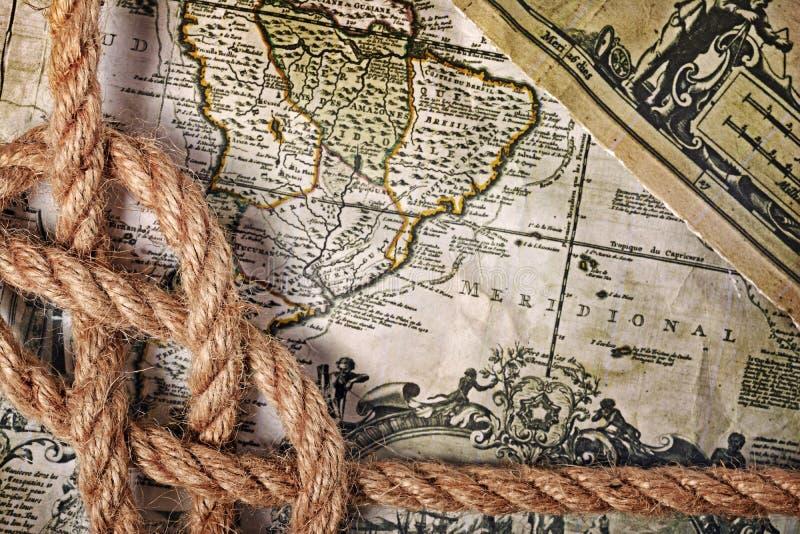 Opinión del primer de un nudo del mar de la cuerda en un mapa retro viejo imágenes de archivo libres de regalías