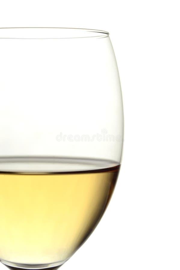 Opinión del primer de un vidrio de vino blanco foto de archivo