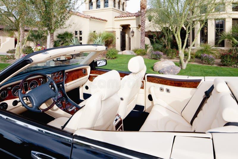 Opinión del primer del interior de lujo del coche con los asientos del cuero blanco foto de archivo