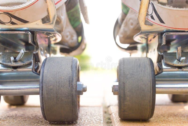 Opinión del primer del patinaje sobre ruedas de la parte posterior fotos de archivo