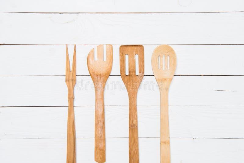 Opinión del primer del sistema de diversos utensilios de cocinar de madera imagen de archivo libre de regalías