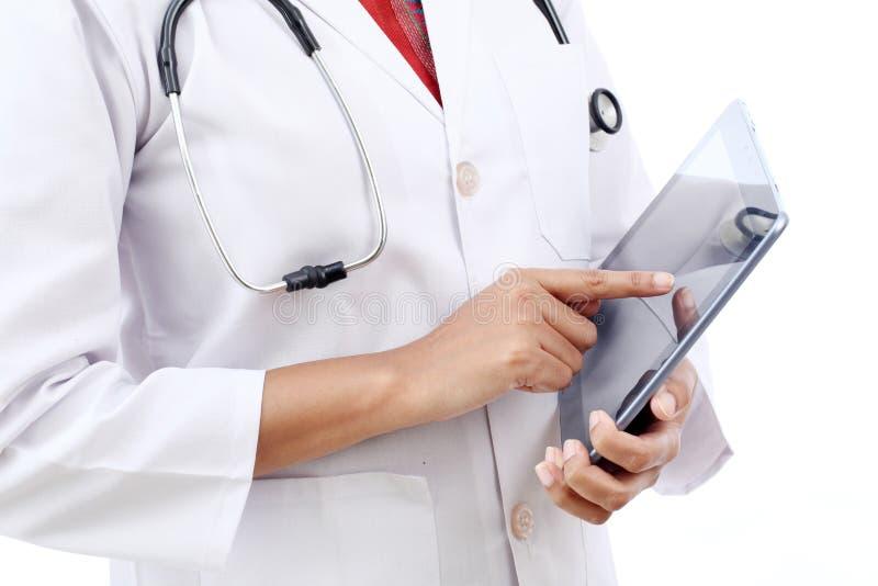 Opinión del primer el doctor que usa la tableta imagenes de archivo