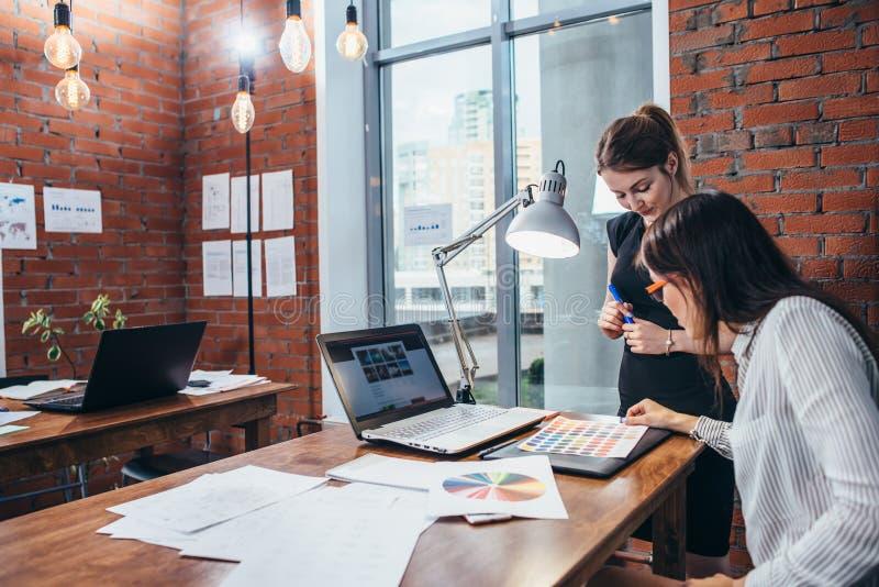 Opinión del primer del espacio de trabajo del interiorista con el ordenador portátil, la tableta gráfica, el teléfono y la paleta foto de archivo libre de regalías