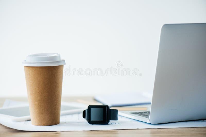 opinión del primer del smartwatch, del ordenador portátil y de la taza de café disponible foto de archivo