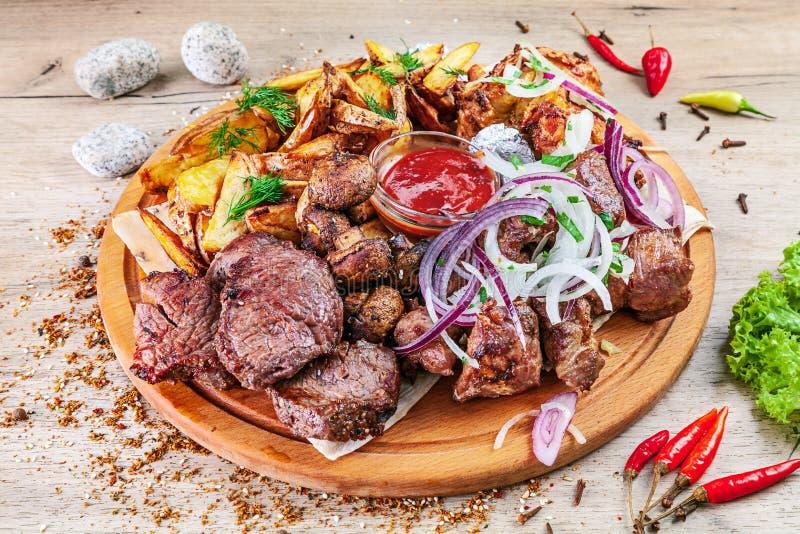 Opinión del primer sobre el sistema de verduras asadas a la parrilla y de carne servidas en tablero de servicio de madera en la t imagen de archivo libre de regalías