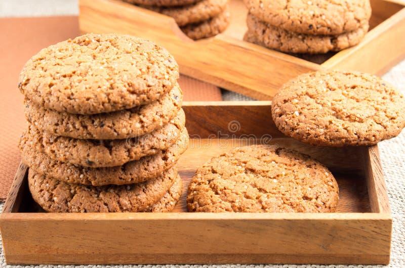 Opinión del primer sobre las galletas de la avena en cajas de madera fotos de archivo