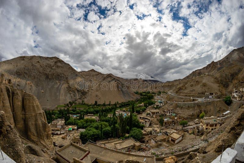 Opinión del pueblo de Lamayuru del monasterio de Lamayuru imágenes de archivo libres de regalías