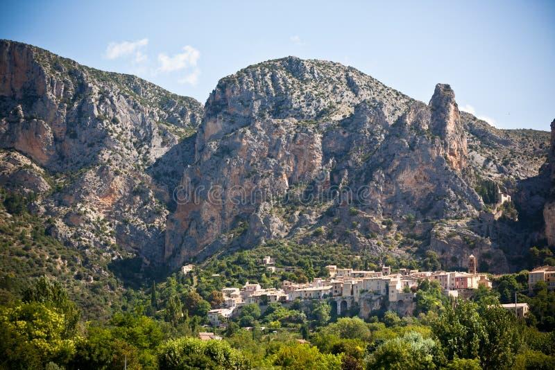 Opinión del pueblo de Moustiers-Sainte-Marie en Provence, Francia foto de archivo