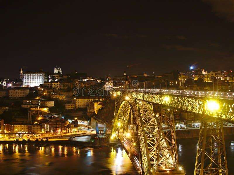 Opinión del puente de los Dom LuÃs de Ponte, Oporto, Portugal de la noche fotografía de archivo
