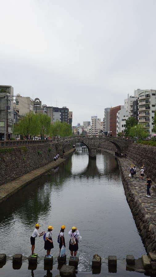 Opinión del puente en Japón con adolescencias imagen de archivo