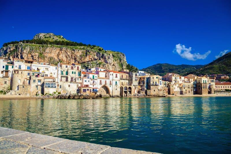 Opinión del puerto de Cefalu, Sicilia foto de archivo