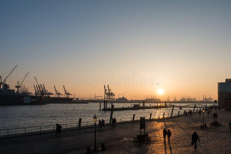 Opinión del puerto de la puesta del sol en Hamburgo fotografía de archivo