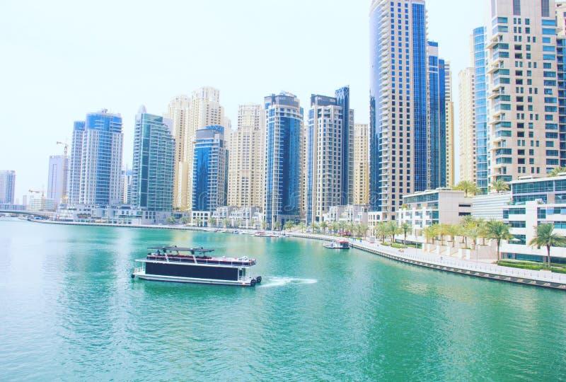 Opinión del puerto deportivo de Dubai cerca del agua imágenes de archivo libres de regalías