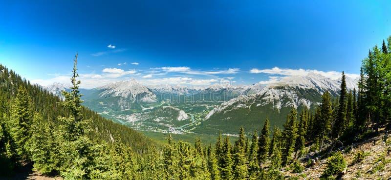 Opinión del puesto de observación de la montaña del azufre de la ciudad de Banff imágenes de archivo libres de regalías