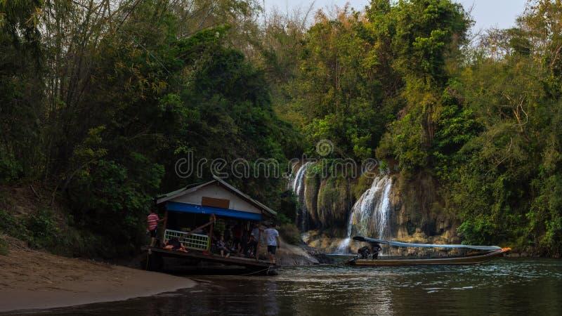 Opinión del río con la casa de la balsa en el río Kwai en Kanchanaburi fotografía de archivo libre de regalías