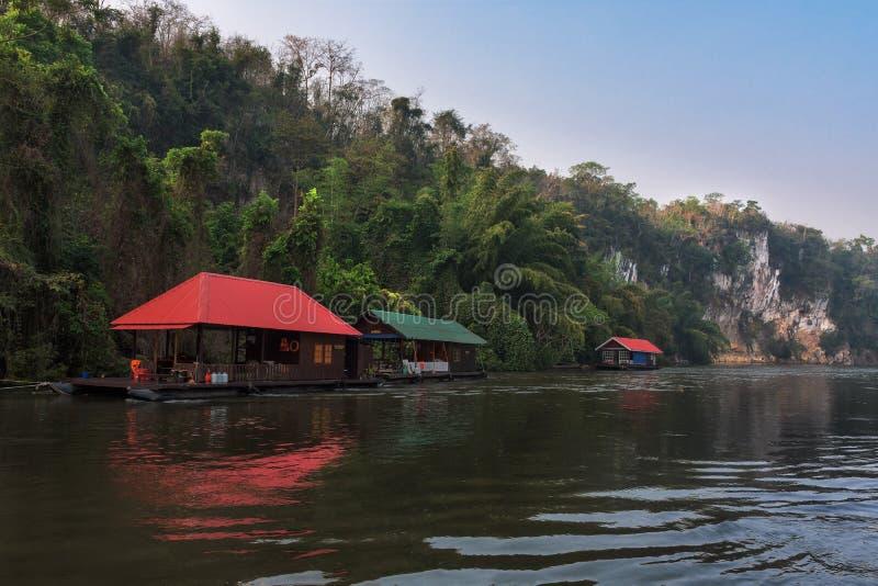 Opinión del río con la casa de la balsa en el río Kwai en Kanchanaburi imagen de archivo libre de regalías