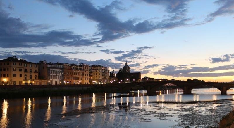 Opinión del río de la puesta del sol de Florencia foto de archivo