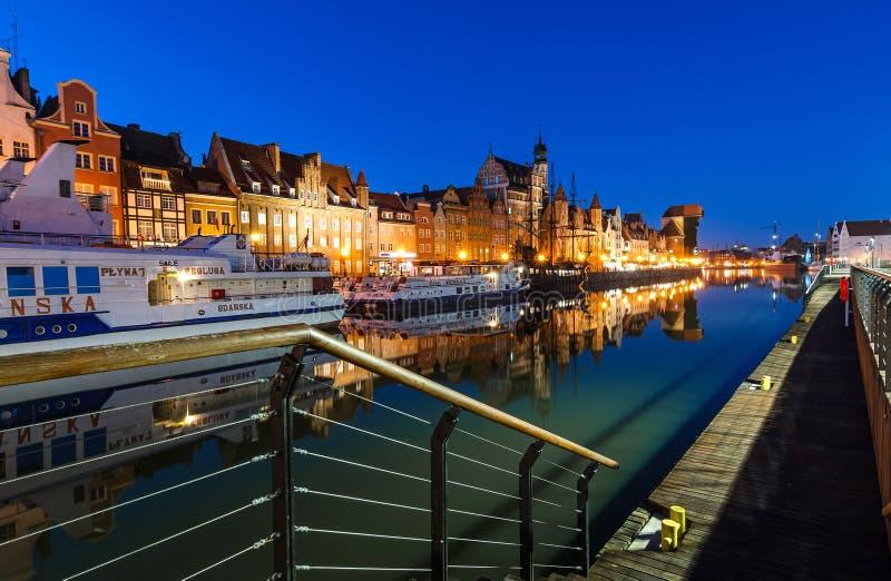 Opinión del río de Motlawa para la ciudad de Gdansk con los transbordadores y la grúa imagenes de archivo