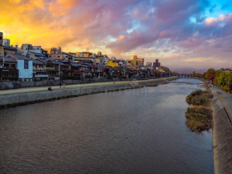 Opinión del río en ciudad del puente fotos de archivo libres de regalías