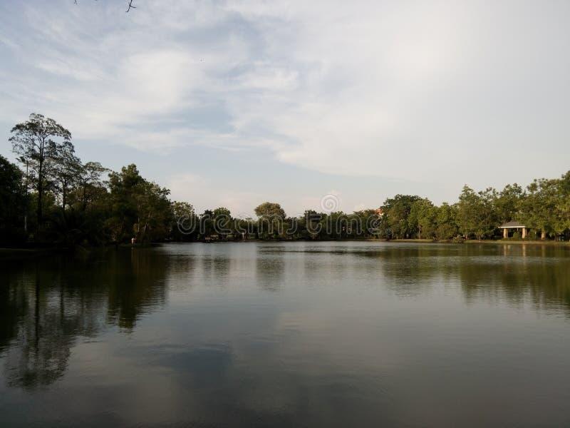 Opinión del río en jardín público imagen de archivo